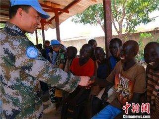 中国赴黎维和工兵为当地残疾人献爱心