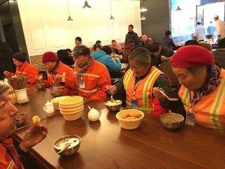 敦煌爱心餐厅邀请环卫工人聚餐