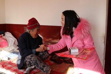 漳县:爱心志愿者为孤寡老人送去新春祝福