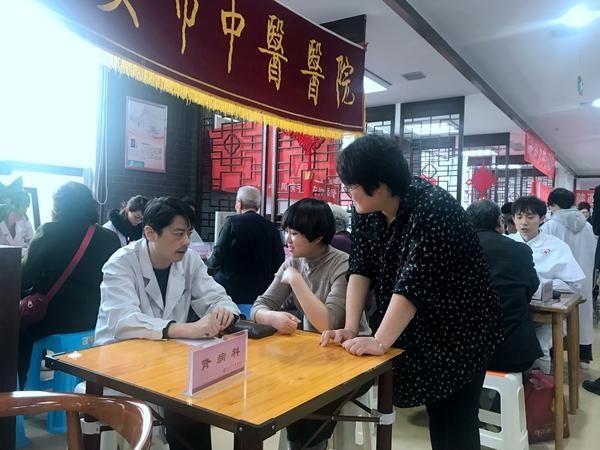 """""""公益达人""""志愿服务13年中医护理助康健"""
