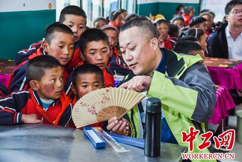 """""""生态校园""""公益环保主题活动走进西藏多所小学"""