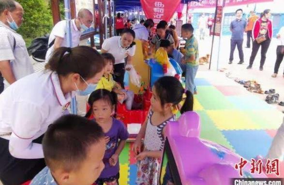 """四川泸县地震安置点:志愿者搭建起""""帐篷学校""""开课啦"""