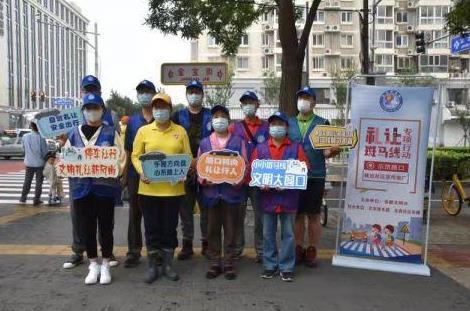 东城|退休公交司机报名志愿者 守护路口交通文明